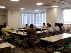 講師の石渡教授を囲んで講義を聴く当事者講師