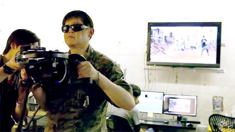 ジェームズ・キャメロン監督開発のバーチャルカメラを操作するカトウヒデユキ氏の写真