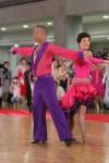 見えるパートナーと組んで踊る女性の写真 クリックすると拡大されます