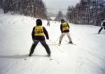 後ろからのガイドスキーヤーの方向指示の声かけを聞いて滑る見えない人の写真 クリックすると拡大します