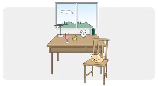 ある部屋の中の一コマのイラスト。机や椅子、机の上には「ジュースの入ったグラス、目覚まし時計、電気スタンド、本、ネズミのオブジェ」などがある。椅子には薄茶色の猫、窓の外には山と空が見える風景